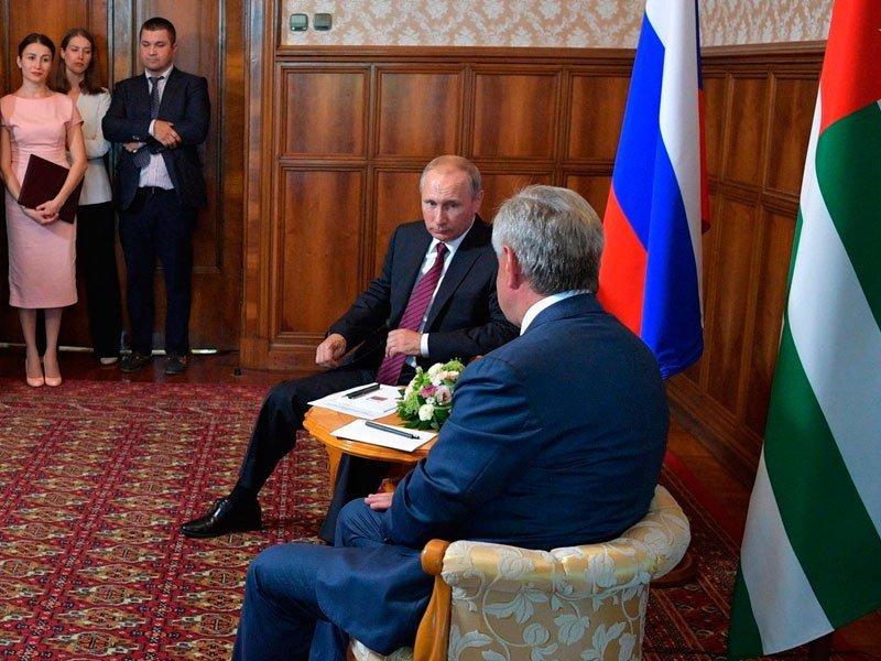 Президент Абхазии тепло поздравил В.Путина спобедой навыборах