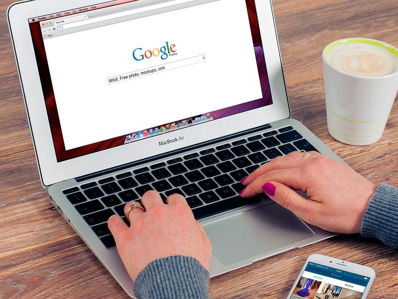 Ноутбук с заставкой Гугл