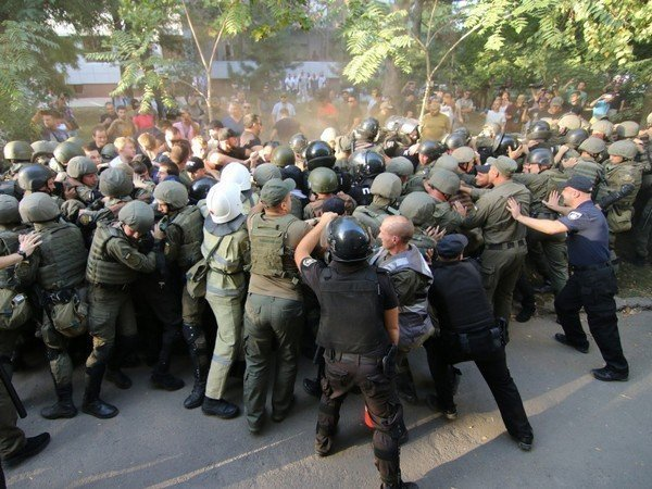 ВОдессе около суда, где рассматривается дело 2мая, появились беспорядки