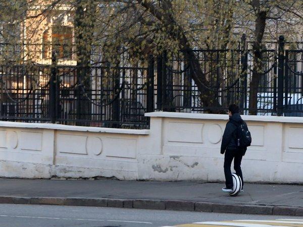 Гироскутер на тротуаре