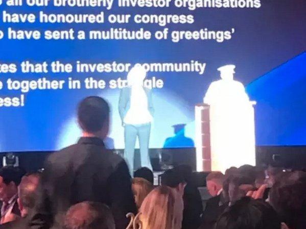 Руководитель ВТБ появился навечеринке для инвесторов в«костюме Сталина»