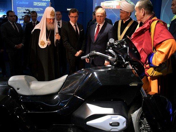 Владимиру Путину презентовали мотоцикл «Иж» проекта «Кортеж»