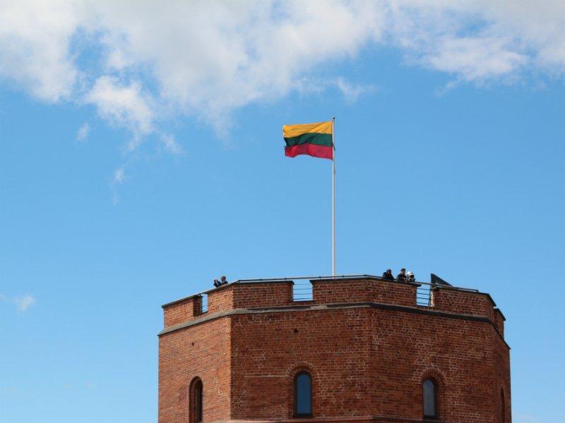 Налитовской границе водителя-белоруса заставили снять наклейку ссимволикой Победы