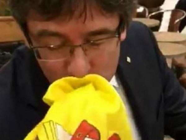 Пучдемон два раза поцеловал испанский флаг вДании