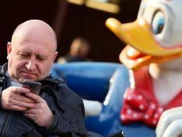 Мужчина просматривает сообщения на смартфоне