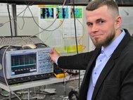 Научный сотрудник Сергей Алышев за измерением параметров висмутового лазера