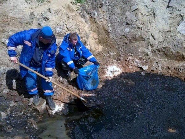 Разлив нефтесодержащей жидкости вакваторию реки Ангары устраняют вИркутской области