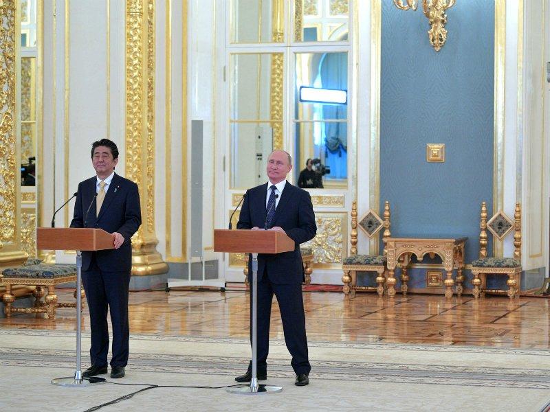 Путин иАбэ провели переговоры вКремле