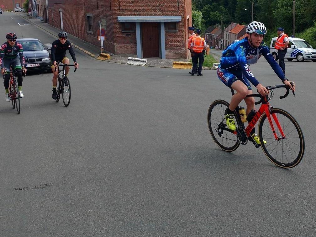 ВБельгии 19 велогонщиков пострадали при столкновении савтомобилем