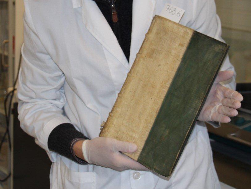 ВДании обнаружили пропитанные ядом книги 16 и17 века