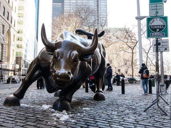 Атакующий бык на Уолл стрит в Нью-Йорке
