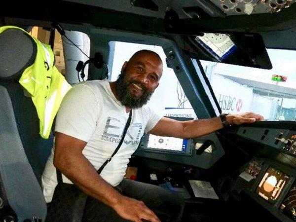 Чемпион Франции по боксу спас самолет от захвата