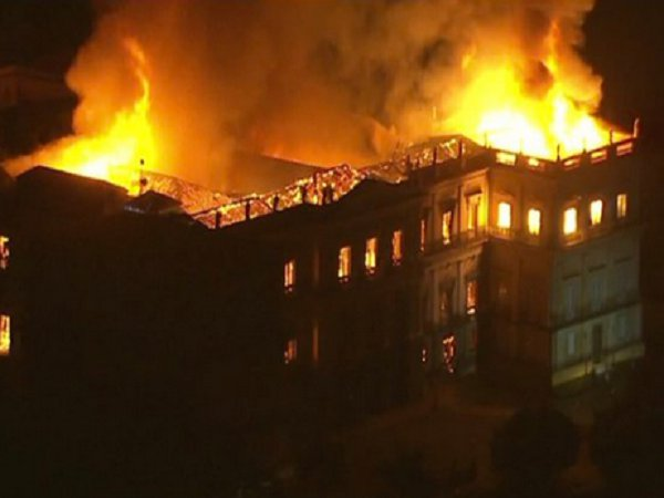 Сгорел Национальный музей Бразилии с бесценными экспонатами