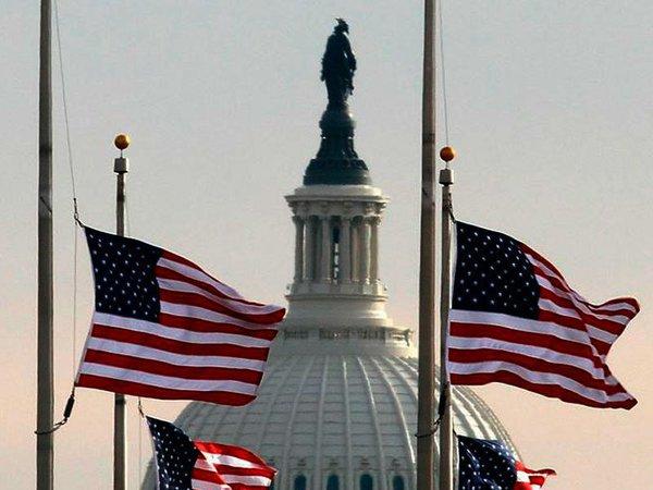 Статуя Свободы на здании Конгресса и флаги США