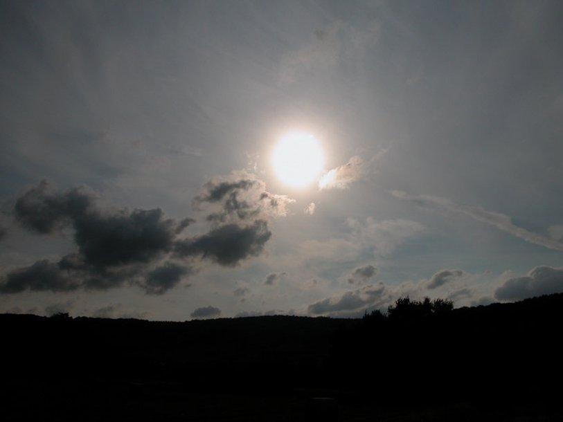 """""""Солнце испускало свет как луна, без лучей, как будто оно теряло свою силу..."""""""