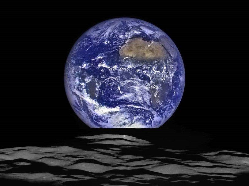 Земля. Этот снимок космический аппарат Lunar Reconnaissance Orbiter (LRO) сделал с орбиты Луны