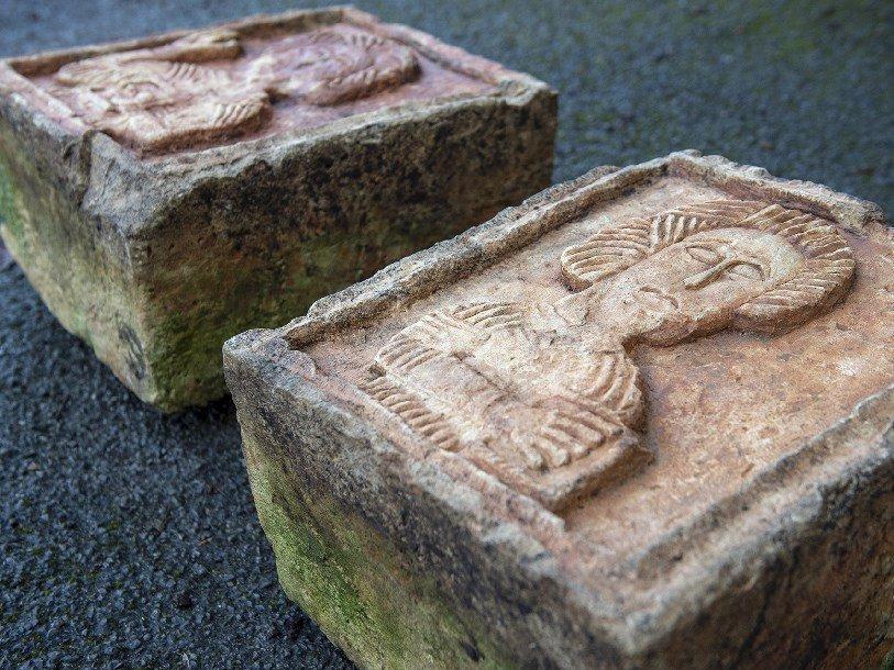 Два украденных старинных барельефа возвращены в Испанию
