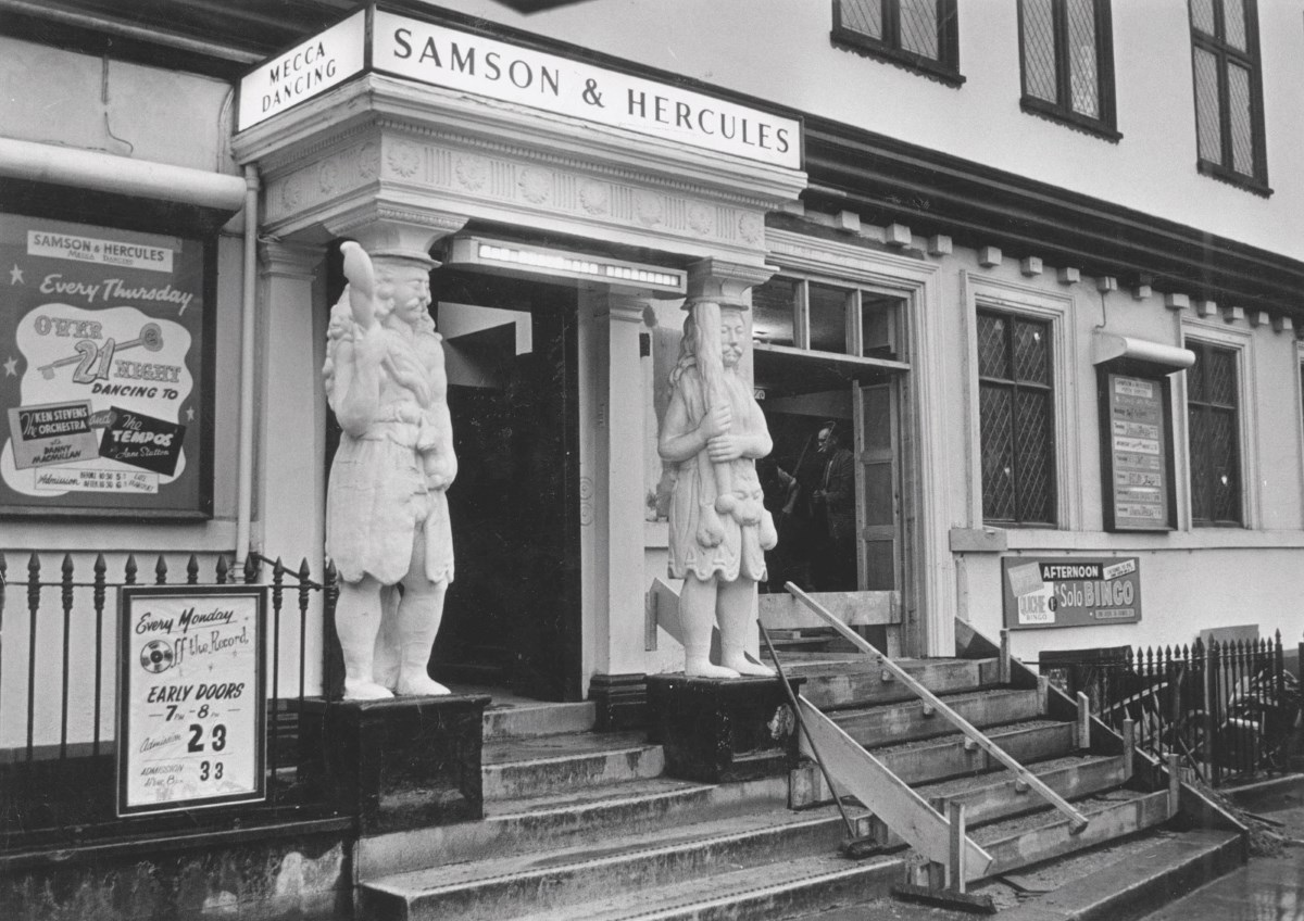 Деревянную статую Самсона XVII века возродили британские реставраторы