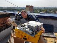 Аспирант кафедры лазерных систем и структурированных материалов Сергей Зеневич настраивает гетеродинный спектрометр перед наблюдениями на крыше корпуса прикладной математики МФТИ